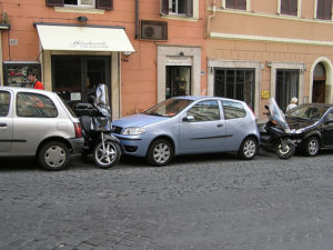 640px-Parking.in.rome.arp