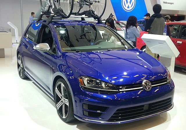 16_volkswagen_golf_5-door_mias_16